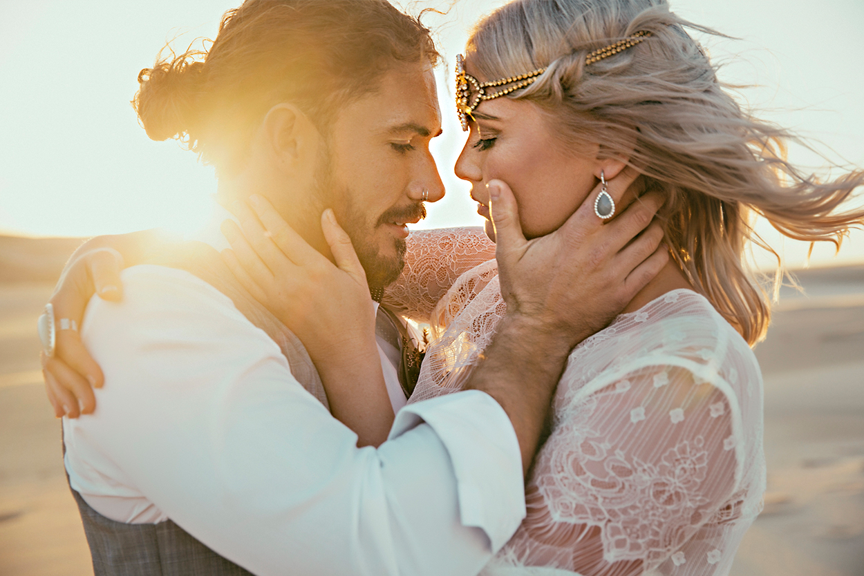 styled-shoot-white-white-weddings-bohemian-desert-style-elopement-tips-intimate-couple-relaxed-sunset
