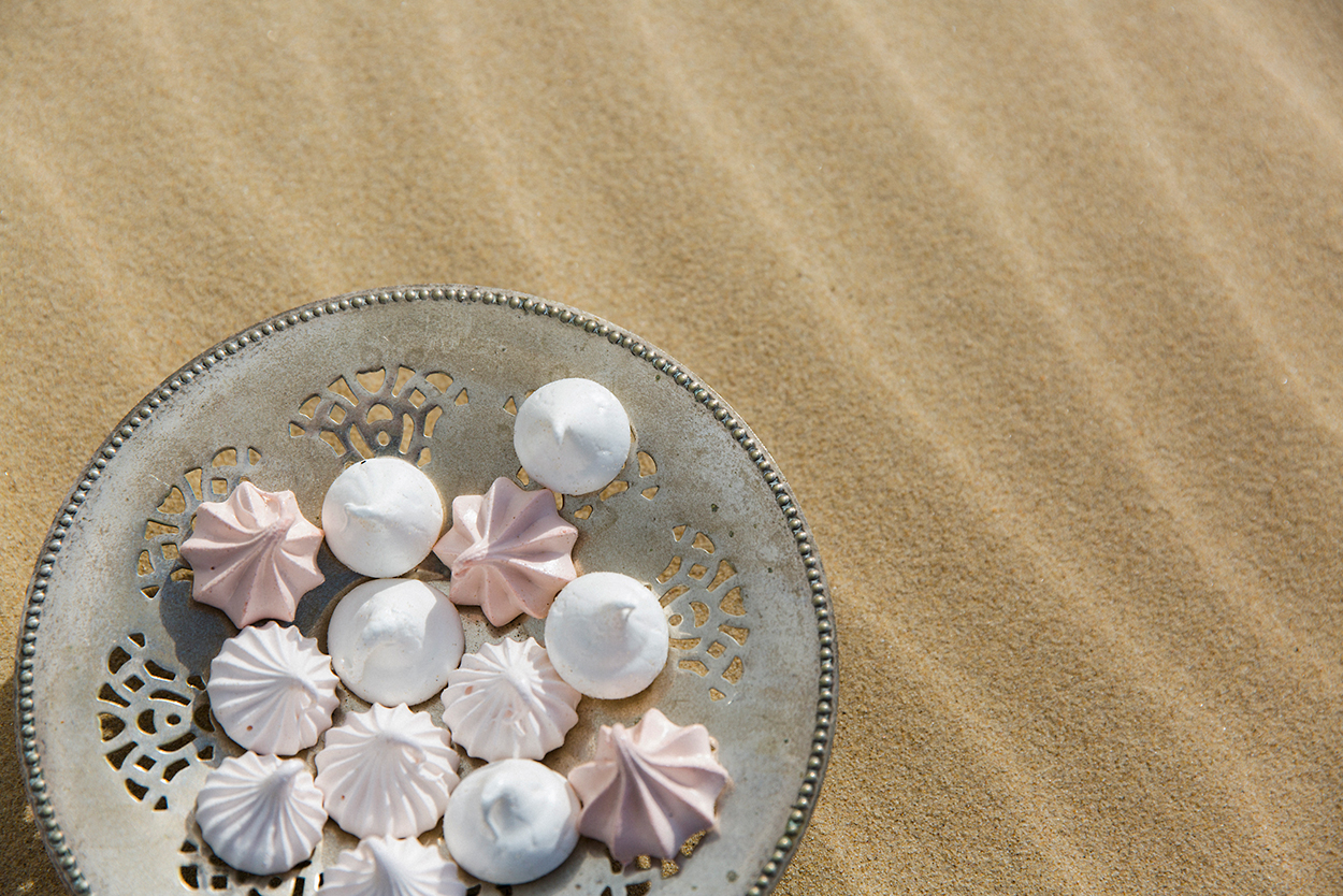 styled-shoot-white-white-weddings-desert-bohemian-style-elopement-tips-sweets-dessert-meringues-sand